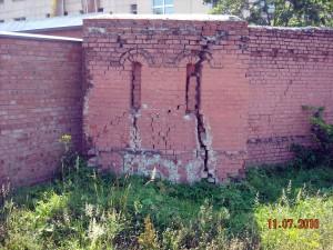 Чудом сохранившийся кусок старой монастырской стены
