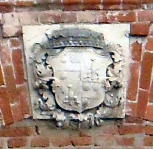 Герб на другом флигеле