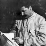 Иосиф_Сталин_читает_(1920-1930-е)